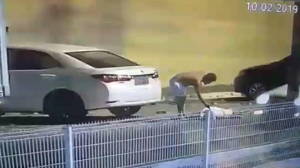 Homem pega arma de policial e atira contra caminhoneiro que tentou impedir agressões — Foto: Reprodução/TV Subaé