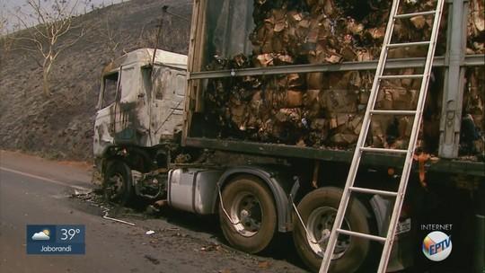 Caminhão que transportava papel pega fogo na Rodovia Anhanguera em Cravinhos, SP