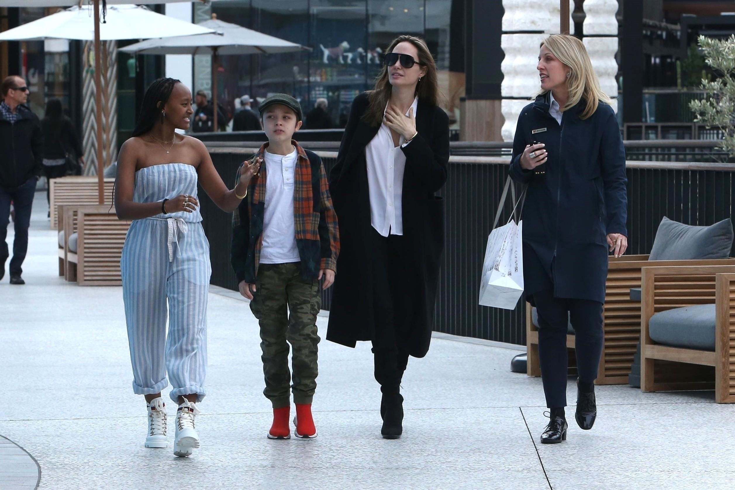 Angelina Jolie passeia com os filhos, Zahara e Knox (Foto: Backgrid)