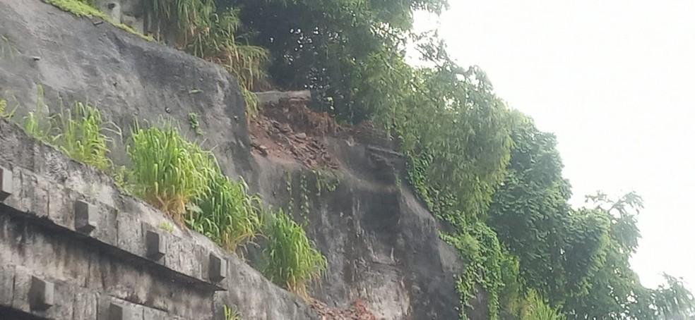 Terra deslizou na Avenida Jequitaia próximo a subida da Via Expressa na madrugada desta quarta (6)  — Foto: Cid Vaz/TV Bahia