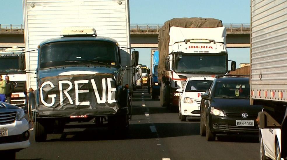 Caminhoneiros protestam na região de Ribeirão Preto contra reajustes no preço do diesel  (Foto: Reprodução/EPTV)