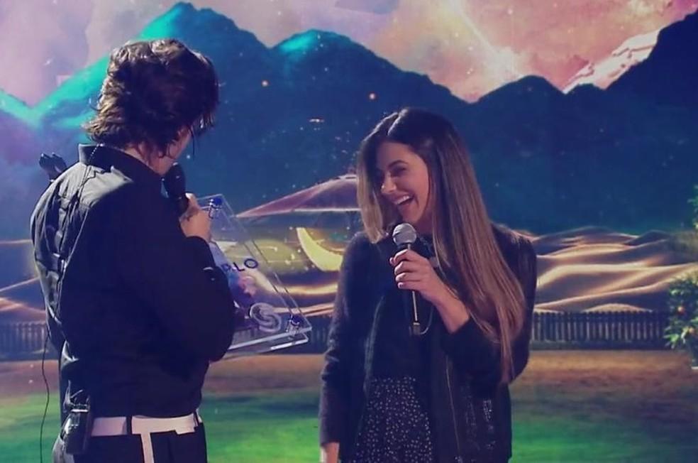 Jade Magalhães entrou na transmissão ao vivo para homenagear o noivo — Foto: Reprodução/Internet