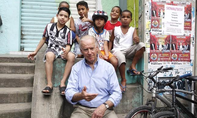 Joe Biden com crianças na favela do Morro Dona Marta, em maio de 2013