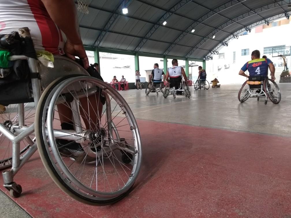 Basquete em cadeira de rodas é uma das modalidades na ParaCopa — Foto: Jheniffer Núbia