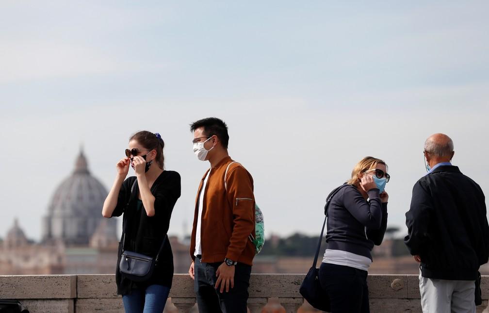 Turistas usam máscara em visita ao Pincio Terrace, de Roma, em 13 de outubro. País reforçou medidas de restrição para a Covid-19 — Foto: Yara Nardi/Reuters/Arquivo