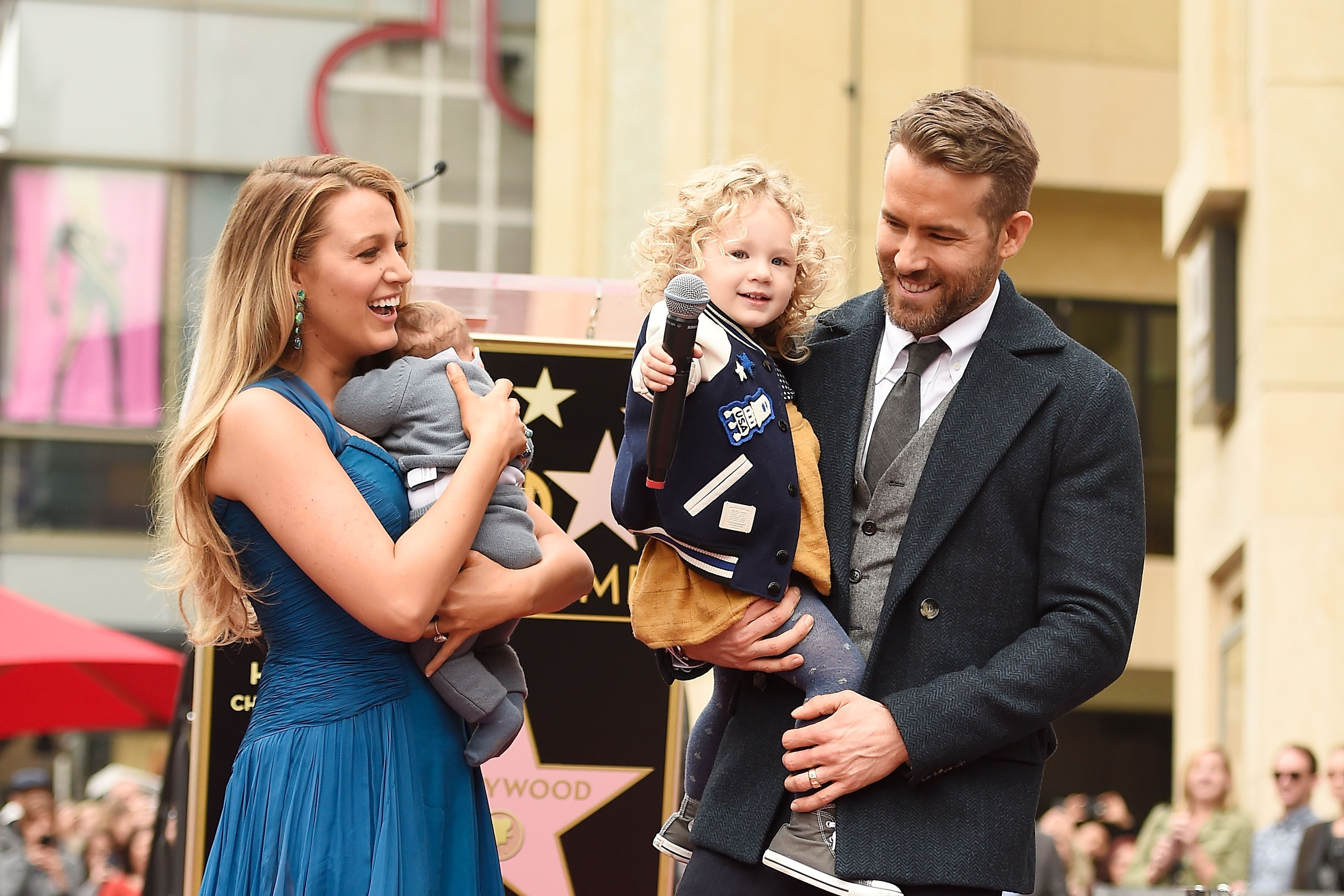 Ryan Reynolds e Blake Lively com as duas filhas (Foto: Getty Images)