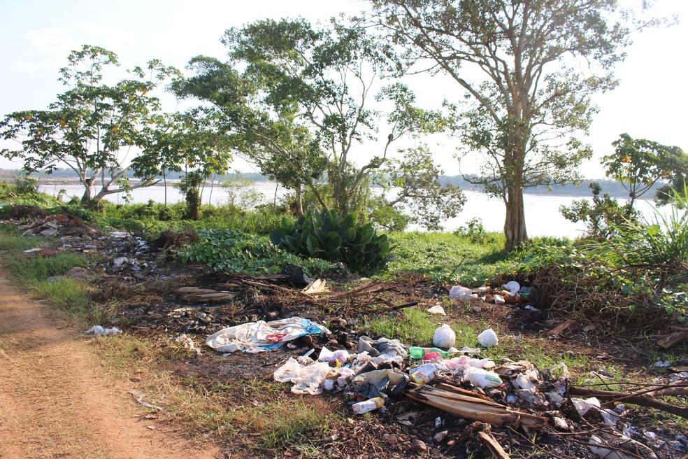 Lixo é descartado e queimado, mas nenhum infrator foi preso (Foto: Júnior Freitas/G1)