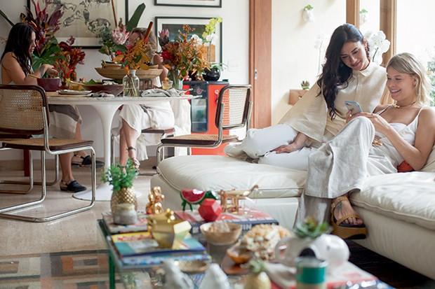 Lifestyle natal entre amigas - À mesa, a arquiteta Manuela Albuquerque e a chef Aline Frey; no sofá, a também chef Roberta Julião e a designer Guta Virtuoso  (Foto: Mayra Azzi)