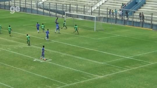 Jovem do sub-15 dá chapéu no goleiro antes de marcar golaço pelo Amazonense; veja vídeo