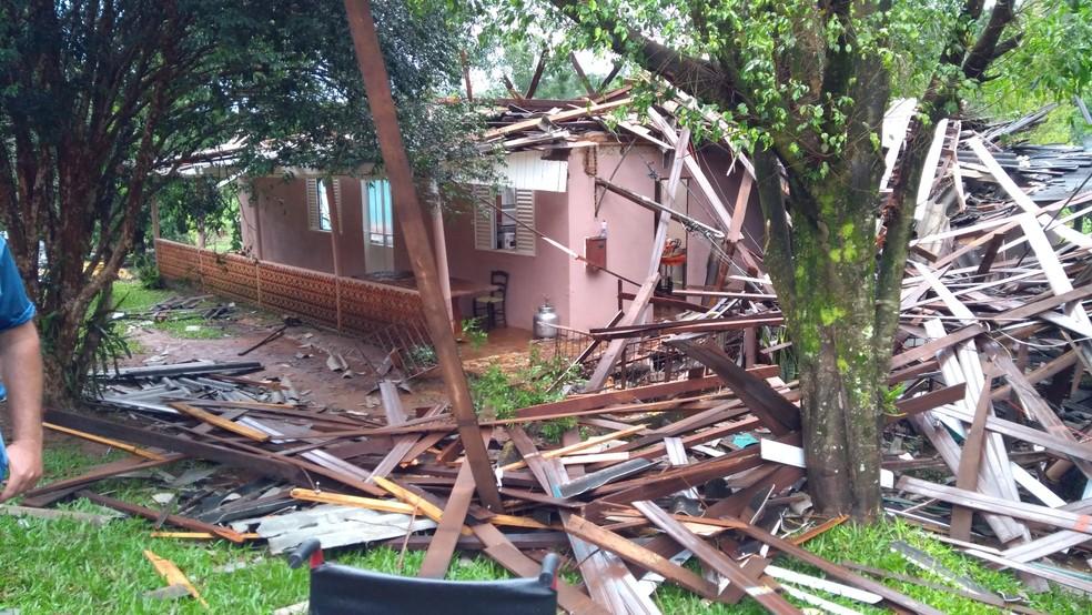 Residência onde idosa estava foi destrupida por vento em Marema (Foto: Bombeiros/Divulgação )