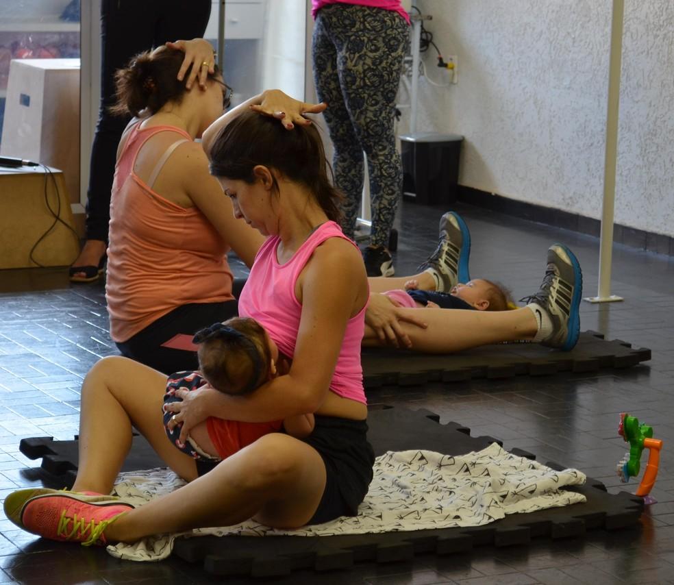 Mães mantém contato com os bebês enquanto alongam e fazem exercícios em academia de São Carlos (Foto: Ana Marin/EPTV)