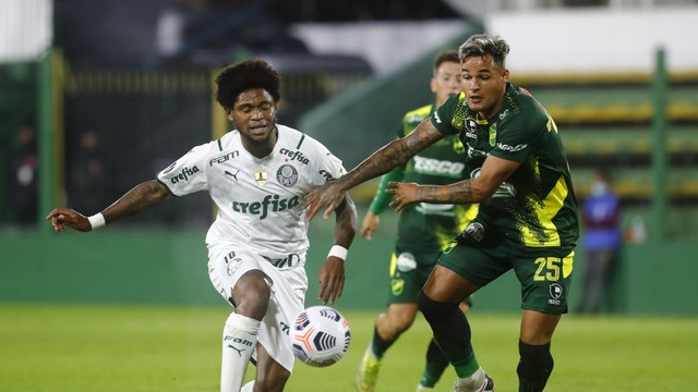 Luiz Adriano tenta jogada para o Palmeiras contra o Defensa y Justicia