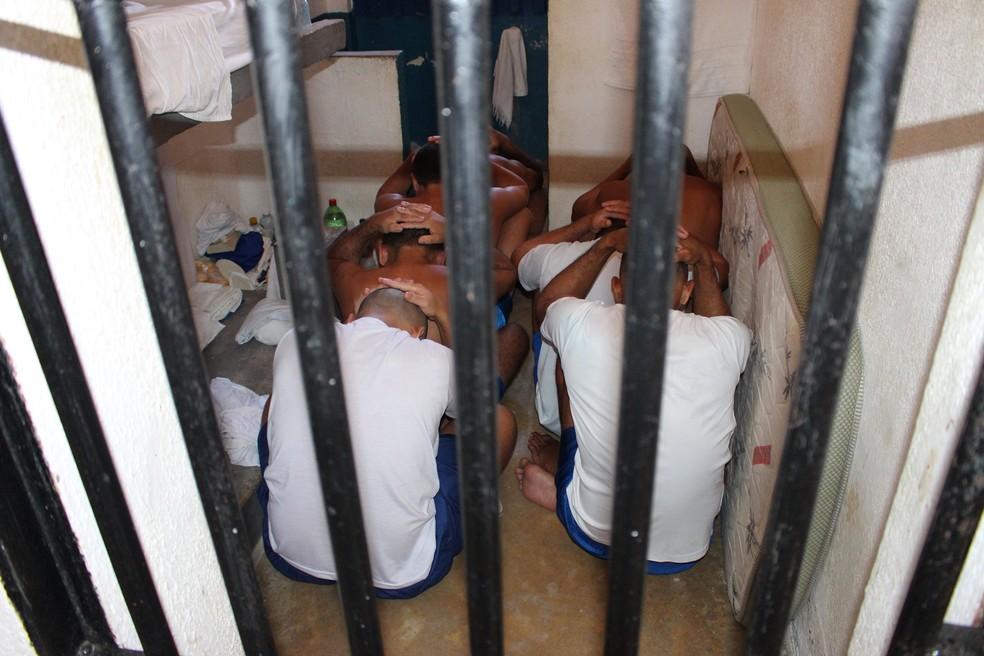 Relatório considera que o 'procedimento' que obrigada os presos a ficarem em posição semifetal causa estresse — Foto: Anderson Barbosa/G1