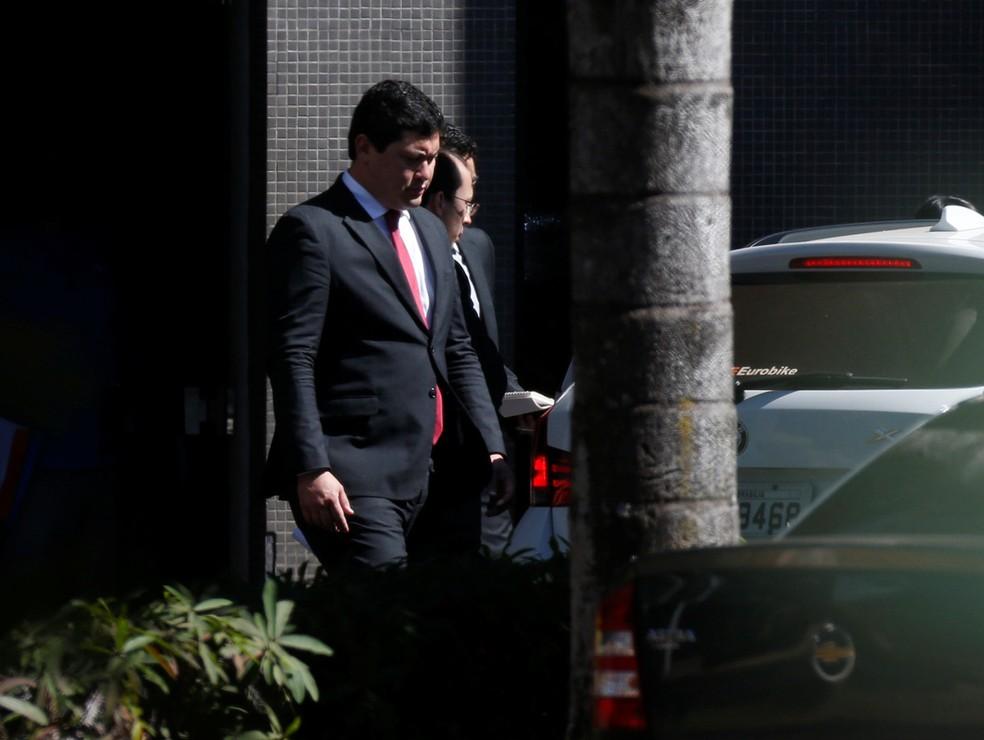 O ex-ministro do Trabalho Helton Yomura, ao deixar a sede da Polícia Federal em Brasília nesta quinta-feira (5) (Foto: Adriano Machado/Reuters)