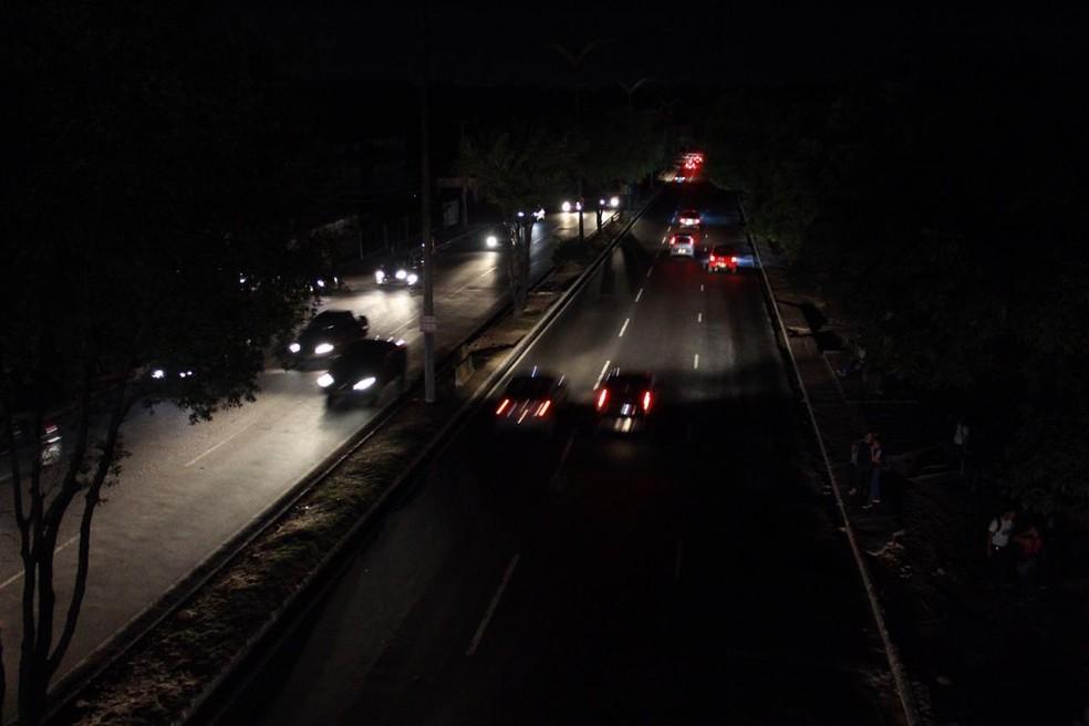 Imagem mostra Alameda Cosme Ferreira, na Zona Leste de Manaus, sem energia na noite de quinta (18) — Foto: Rickardo Marques/G1 AM