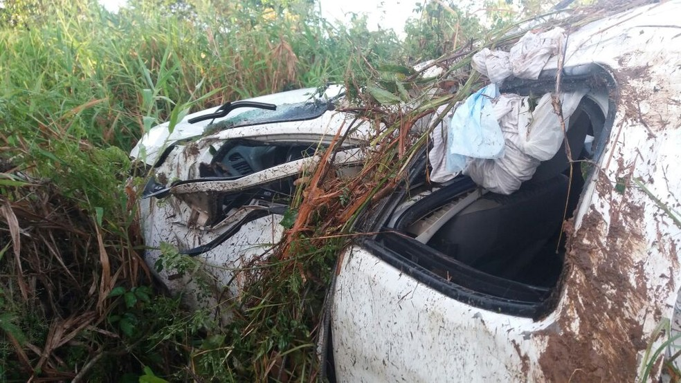 Segundo a polícia, carro possivelmente aquaplanou e saiu da pista (Foto: PRF/Divulgação)