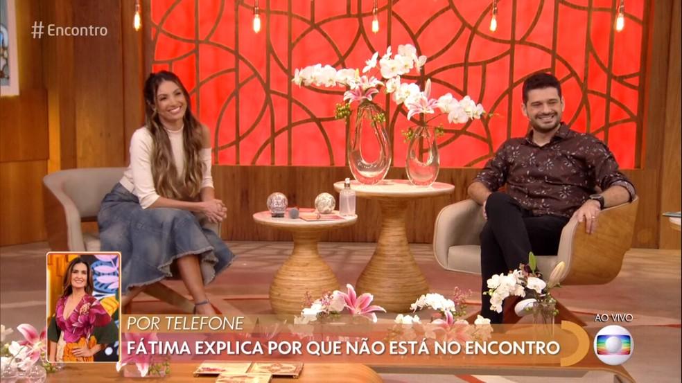 Patrícia Poeta e André Curvello conversaram com Fátima Bernardes pelo telefone — Foto: TV Globo