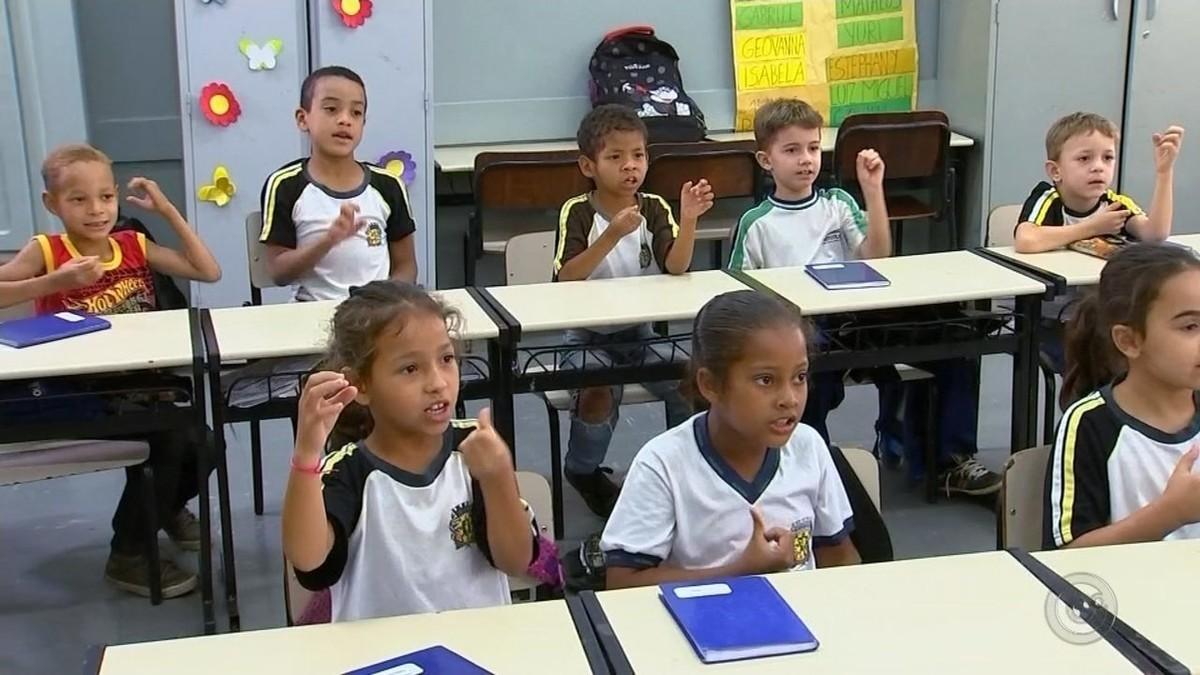 Escola inclui aulas de Libras para melhorar relação de alunos com deficiência auditiva