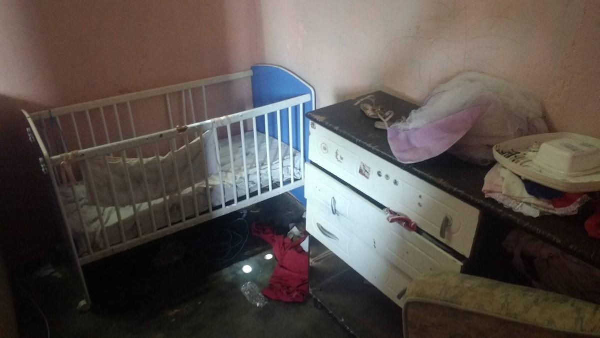 Mulher é presa ao deixar dois filhos sozinhos em casa por cerca de 12 horas
