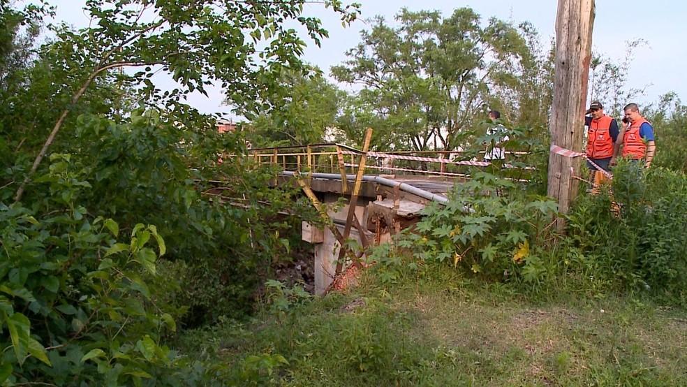 Em Santa Maria, cabeceira de ponte desabou. Ninguém ficou ferido — Foto: Reprodução/RBS TV
