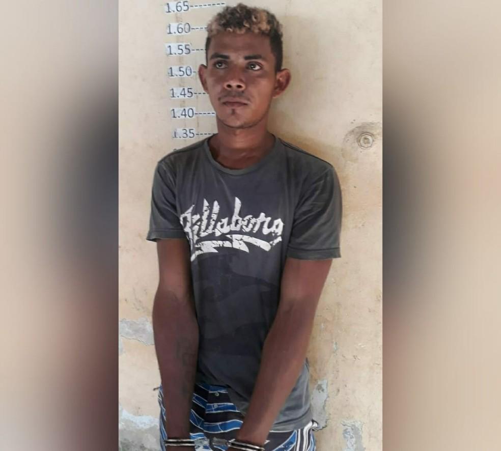 -  Suspeito do homicídio foi preso enquanto atravessa o rio da comunidade Pacoval, em Alenquer  Foto: Divulgação/Polícia Civil