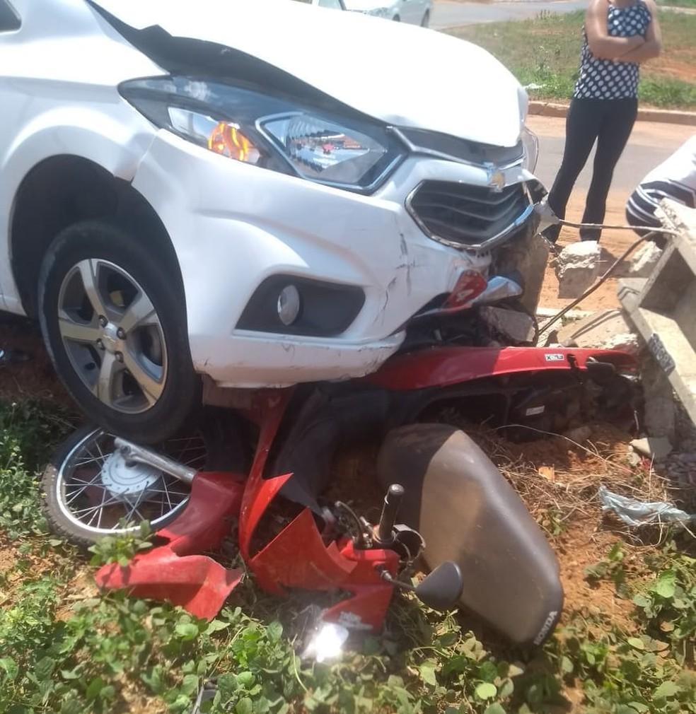 Carro atingiu moto e bateu em poste — Foto: Divulgação