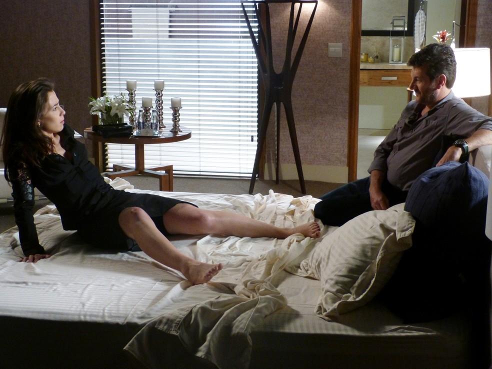 Josué (Roberto Birindelli) diz a Cora (Marjorie Estiano) que ela passou a noite com José Alfredo (Alexandre Nero) - 'Império' — Foto: Walter Dhein/Globo