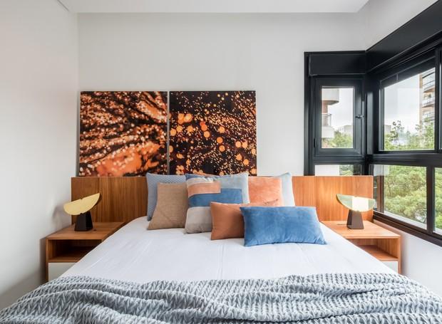 DORMITÓRIO | A paleta de cores segue para o quarto da moradora, que é iluminado por um janelão. A roupa de cama é da Trousseau (Foto: Nathalie Artaxo/ Divulgação)