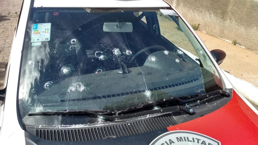 Antes de fugir, grupo ainda atirou contra uma viatura que estava estacionada no destacamento da PM  — Foto: Beto Silva/TV Paraíba