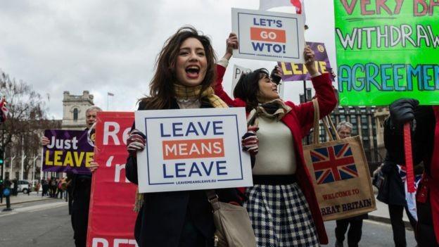 Defensores do Brexit sem acordo fazem manifestação em Londres; há grupos, porém, que veem a ausência de acordo como prejudicial aos negócios britânicos (Foto: Getty Images via BBC News)