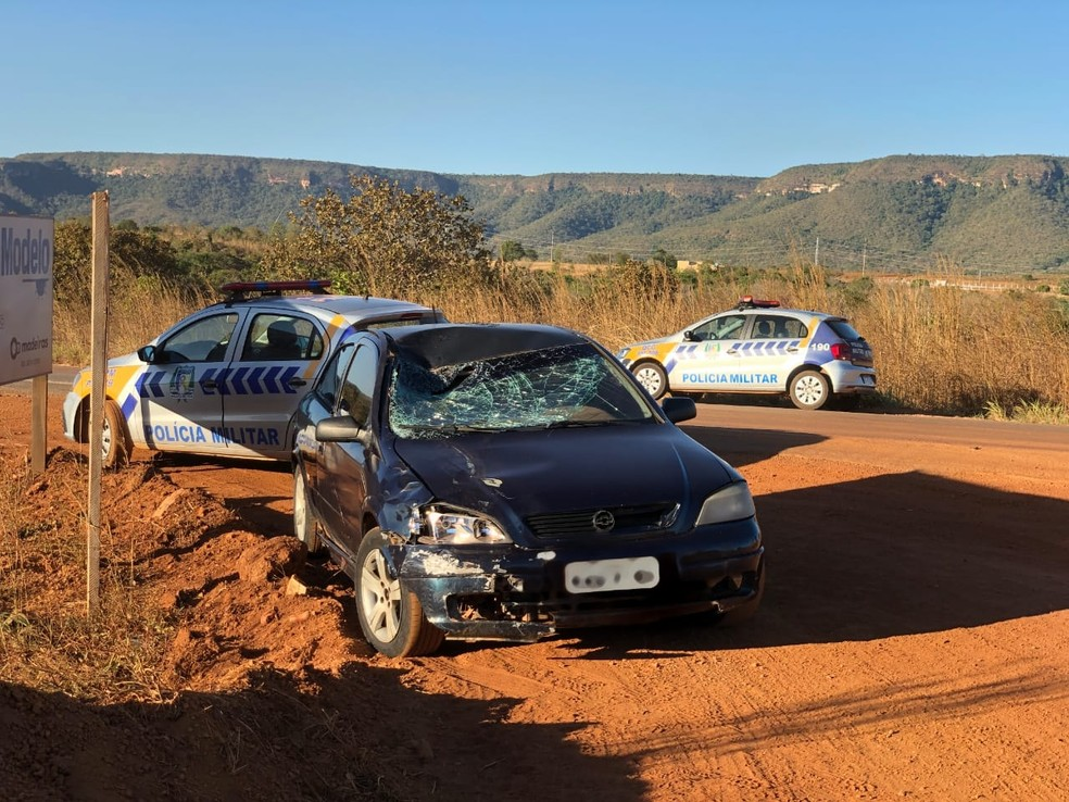 Carro que atropelou ciclistas foi abandonado pelo motorista — Foto: Wilton Dias/TV Anhanguera