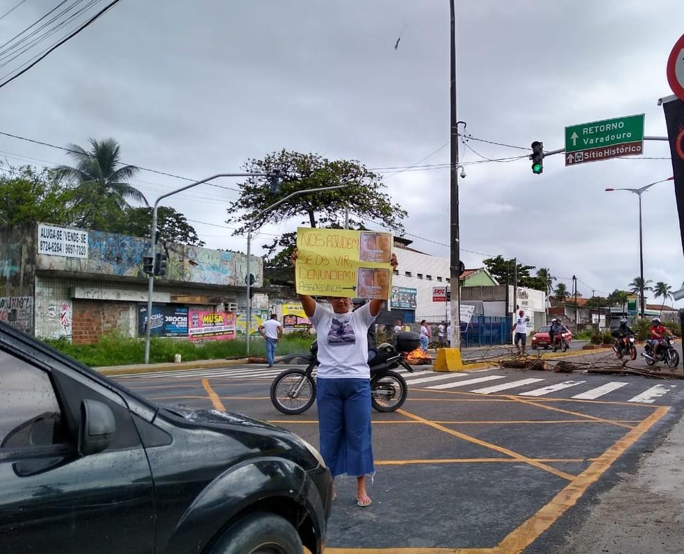 Protesto interdita os dois sentidos da Avenida Olinda, no bairro do Varadouro, em Olinda, na manhã desta quarta-feira (4) — Foto: Reprodução/WhatsApp