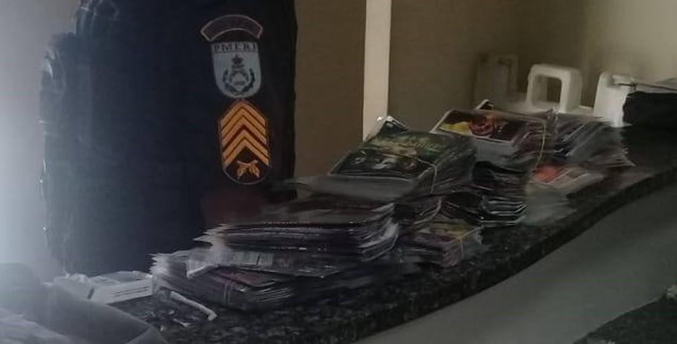 DVDs e CDs piratas estavam dentro de uma mochila em Bom Jesus do Itabapoana, no RJ — Foto: Divulgação/Polícia Militar