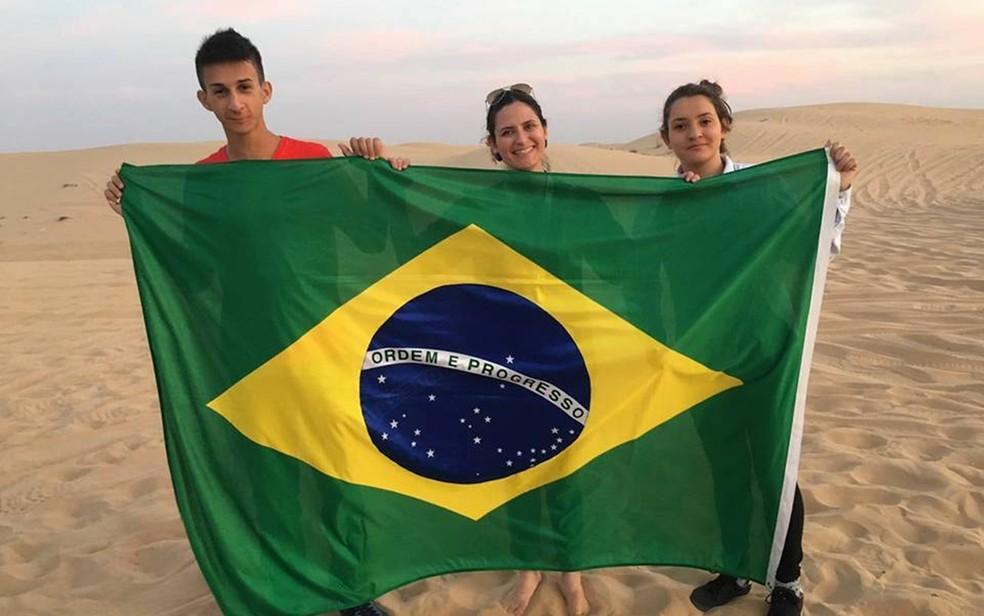Professora Viviane Ramos e os estudantes  Vinicius Ferrari e Letícia Castro representaram o Brasil com projeto (Foto: Arquivo Pessoal/ Viviane Ramos)