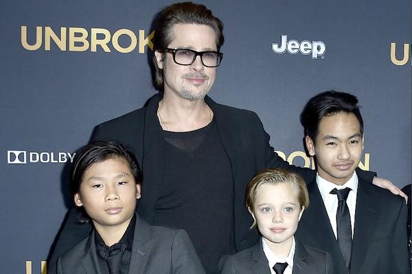 O ator Brad Pitt com os dois filhos mais velhos, Maddox e Pax, e a filha Shiloh (Foto: Getty Images)