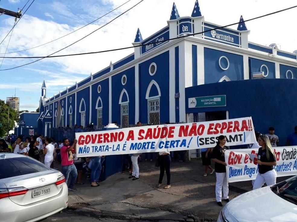 Funcionários da Santa Casa de Misericórdia de Cuiabá já fizeram vários protestos em frente ao hospital — Foto: Felipe/ Arquivo pessoal