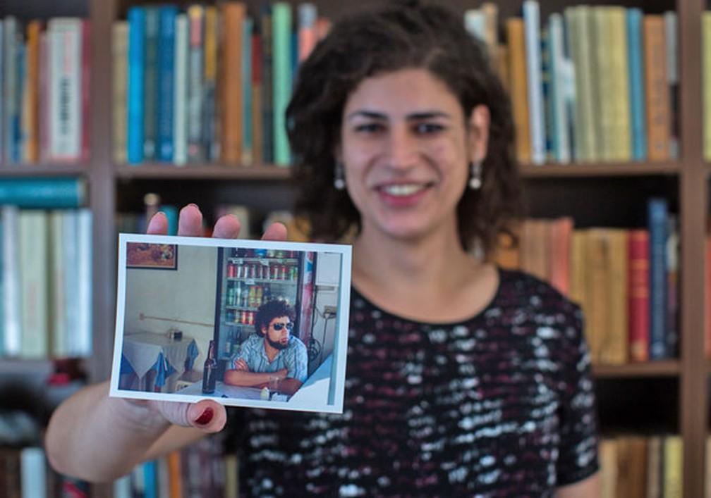 Professora Luiza mostra foto na qual aparece como Luiz, o professor Luizão; ela acusa Anglo de demiti-la após revelar aos alunos que é transexual — Foto: Victor Moriyama / G1/ Arquivo 2015