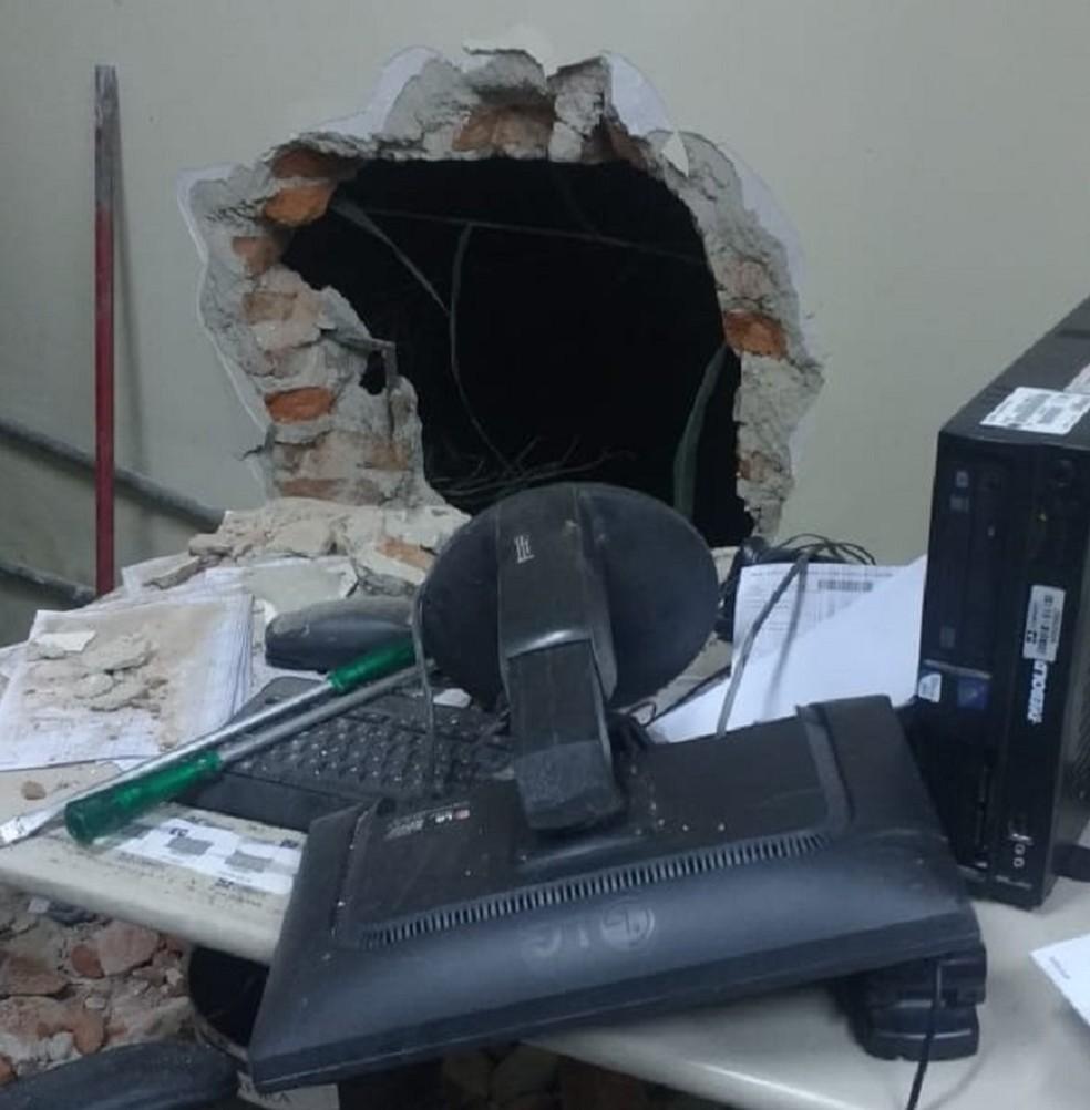 Agência dos Correios foi arrombada em Caraúbas, na região Oeste potiguar (Foto: PM/Divulgação)