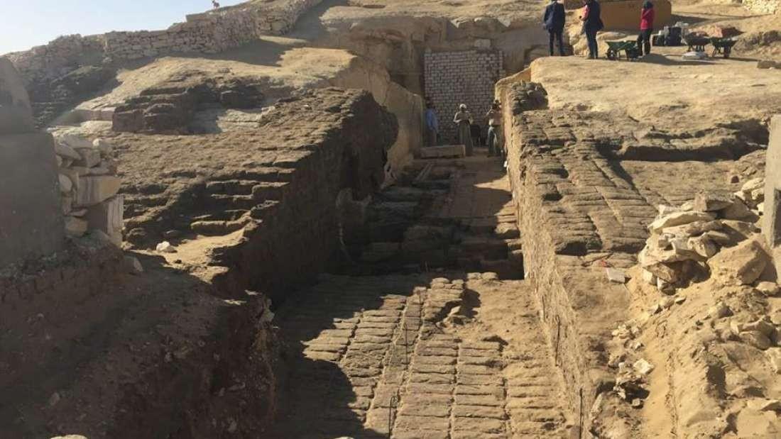 Arqueólogos trabalham no cemitério localizado na antiga vila de Lisht (Foto: Divulgação)