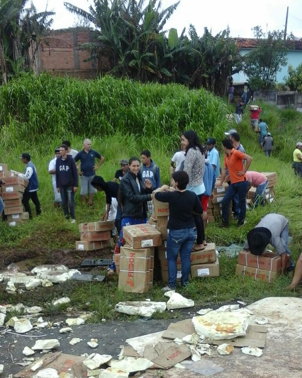 A polícia foi acionada, mas não conseguiu impedir o saque da carga devido à quantidade de pessoas que estavam no local. (Foto: Polícia Rodoviária Estadual/Divulgação)