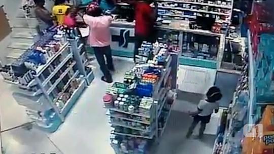 Criança se esconde de bandido em assalto a farmácia na Bahia; assista