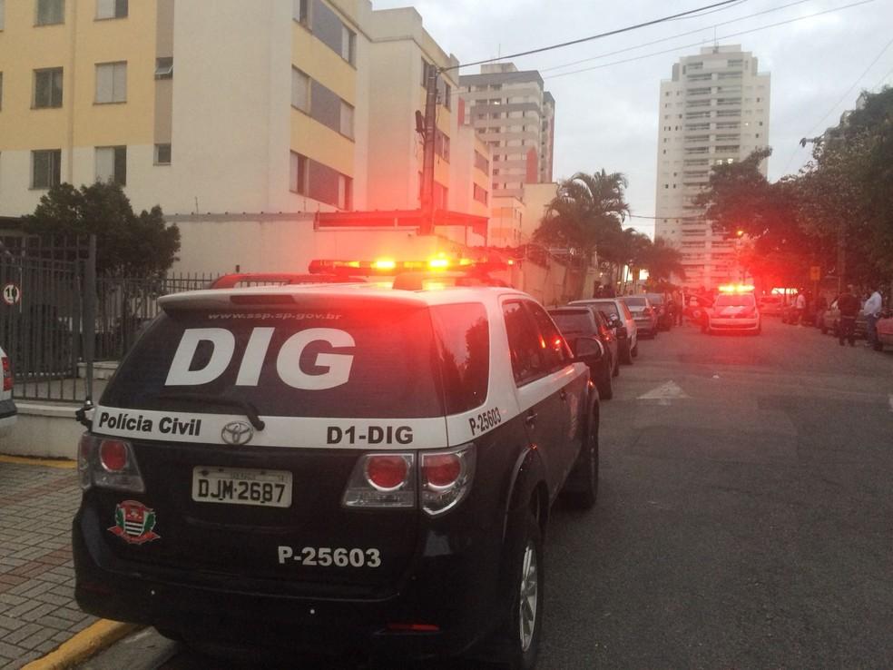 Homem é morto em assalto em São José (Foto: Peterson Grecco/TV Vanguarda)