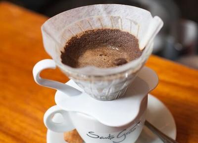 A barista Keiko Sato ensinando o processo do café  (Foto: Santo Grao/ Divulgação)