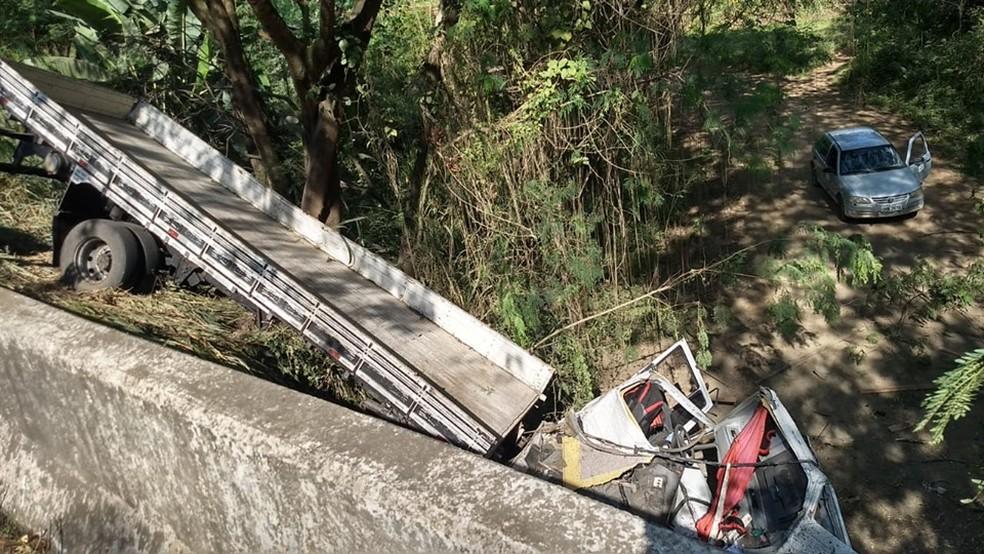 Caminhão caiu de ribanceira após impacto — Foto: Welington Silveira/Inter TV dos Vales