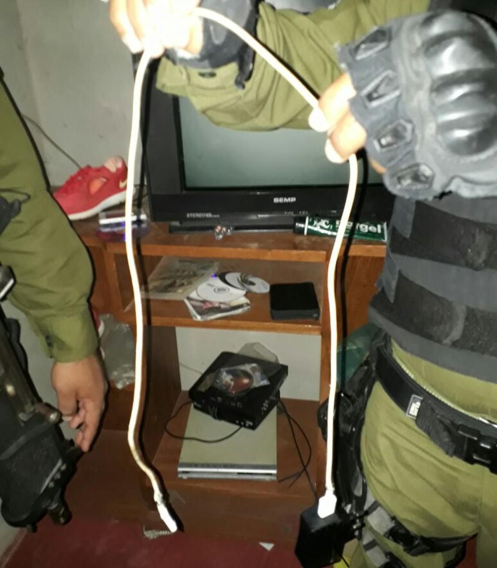 Jovem tinha conectado o carregador na tamada e usava o celular com o fone de ouvido durante a tempestade (Foto: Polícia Militar do Pará/Divulgação)