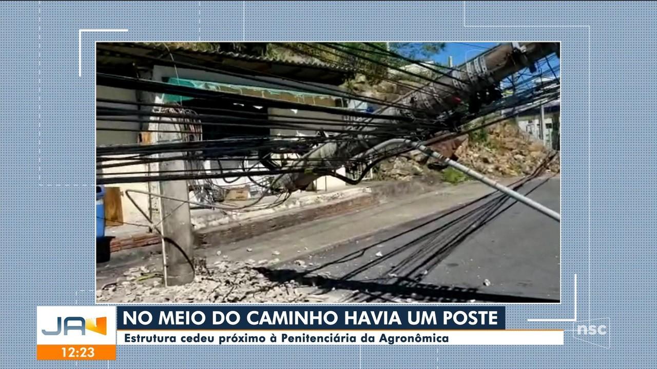 Poste quebra e fica pendurado pelos fios em rua de Florianópolis