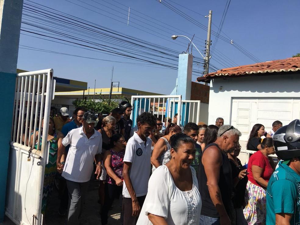 Eleitores esperavama abertura dos portões do Colégio Rui Barbosa — Foto: João Barbosa/TV São Francisco