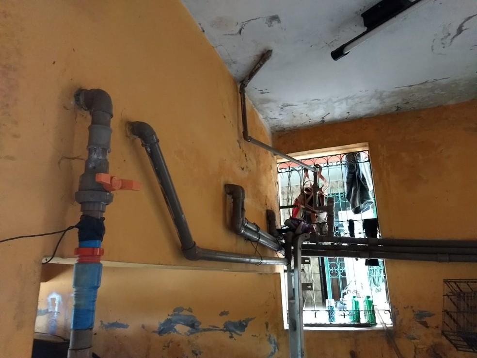 Ligações clandestinas foram encontradas em Bezerros (Foto: Compesa/Divulgação)