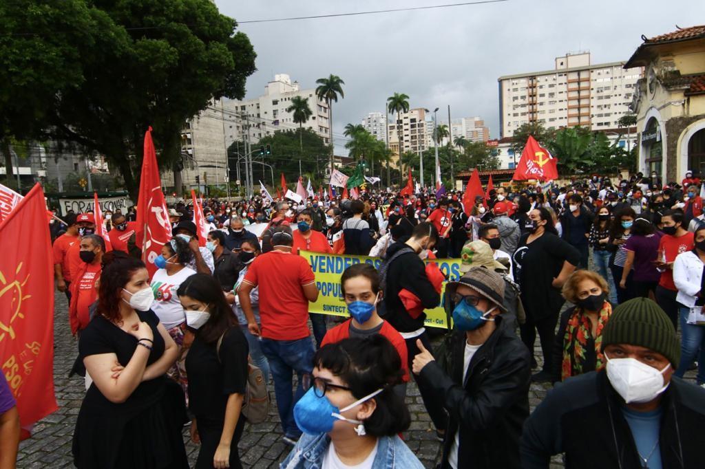 Manifestantes fazem ato contra Bolsonaro e a favor da vacina em Santos
