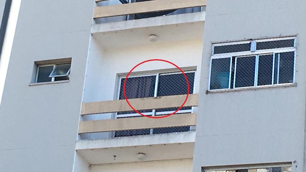 Queda aconteceu do 4º andar de prédio em Sorocaba; tela de proteção teria sido cortada — Foto: Priscila Mota/TV TEM